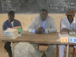 President de 2AEFE au milieu de deux responsables scolaires de Kalague