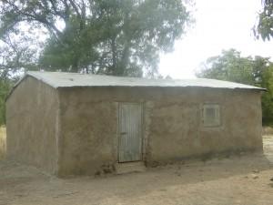 Une classe en banco construite par la population de Kalague