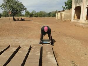 Confecction de briques pour la construction de la nouvelle classe de Kalagué (3)
