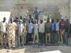 Le président de 2AEFE avec l'équipe de travail au chantier de Kalagué le 7.12.2014