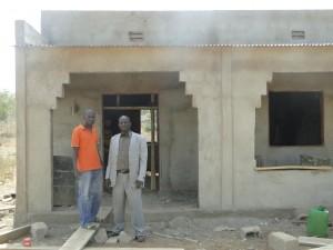 Le président de 2AEFE (en veste ) après sau visite du chantier à Kalagué