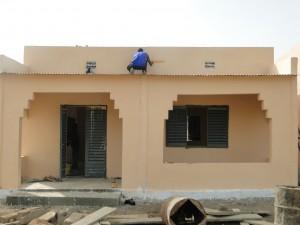 Le sérigraphe prepare ses écritures sur la nouvelle classe de Kalagué 20.12.2014