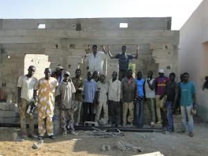 Photo de famille du Président de 2AEFE avec l'équipe du chantier à Kalagué, le 7.12.2014