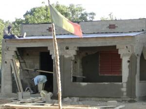 le drapeau du Mali flotte déjà devant la nouvelle école !