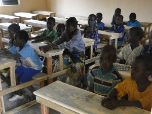 Les élèves de Kalagué sur les tables-bancs dans la nouvelle classe (3)