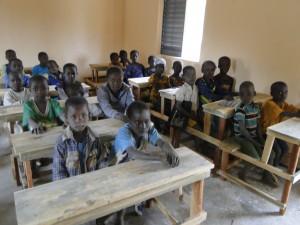 11 Les élèves de Kalagué sur les tables-bancs dans la nouvelle classe