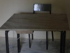 12 Le bureau du maître et la chaise métallique