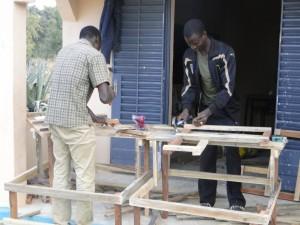 2 Montage de tables-bancs devant la nouvelle classe de Kalagué
