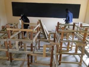 3 Montage de tables-bancs dans la nouvelle classe de Kalagué