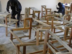 Montage de tables-bancs devant la nouvelle classe de Kalagué