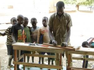 Les enfants de Kalagué assistent au montage de leurs tables-bancs
