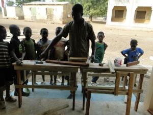 Montage des tables-bancs par le menuisier à Kalagué le 13.01.2015