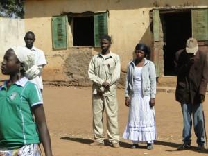 es enseignants de Kalagué à la montée du drapeau national