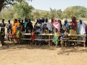 Les femmes de Kalagué saluent la montée du drapeau à l'inauguration de la nouvelle classe