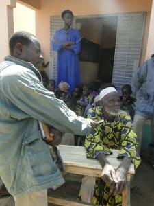 Le porte parole du chef de village de Kalagué prononçant son discours