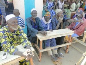Notables du village de Kalagué  remerciant Christiane Debras pour la nouvelle classe