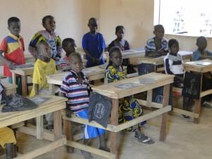 Les élèves dans la nouvelle classe le jour l'inauguration
