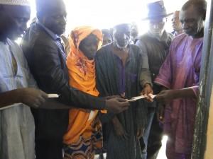 Coupure du ruban symbolique à l'inauguration de la nouvelle classe de Kalagué,