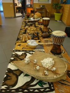 Les objets découverts dans le diaporama sont exposés dans l hall del'école