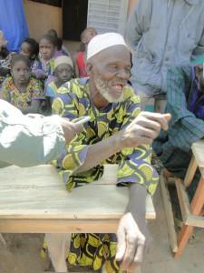 Notables du village de Kalagué  remerciant Christiane Debras pour la nouvelle ecole