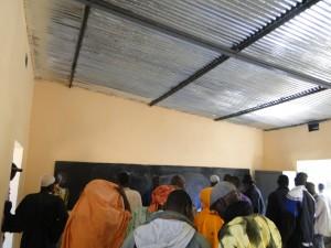 Visite de l'intérieur de la nouvelle classe après la coupure du ruban symbolique