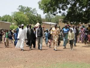 la délégation de 2AEFE, les notables du village et les villageois se dirigent vers l'école pour la cérémonie