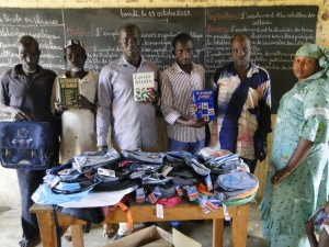 Delegation de 2AEFE devant les cadeaux de SEM à Dogoro