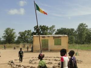 Le Drapeau du Mali flotte à l'école de Dogoro