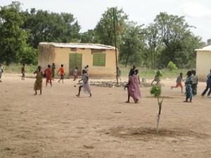 Les eleves de Dogoro jouent dans la cour de l'école