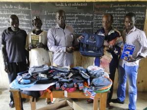 Remise symbolique des matériels scolaires par le Présidents de 2AEFE au Directeur de Dogoro