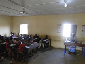 29.01.2016 Eleves de Kaka dans une classe avec eclairage solaire de SEM (2)