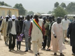Le Maire de Siby et le Président de 2AEFE + le Chef de village de Dogoro se dirigent vers le lieu de la pose de la première Pierre.
