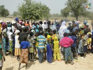 Le femmes de Dogoro dansent pour montrer leur joie pour face à la réussite du projet -Une École pour Dogoro.
