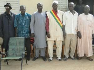 Le maire de Siby et le Président de 2AEFE à la pose de la première pierre des nouvelles classes de Dogoro financées par SEM