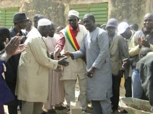 Salutation entre le maire de Siby, le chef de village et le Président de 2AEFE le 30.01.2016 à Dogoro