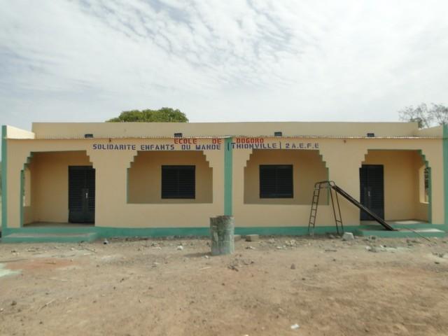 Vue de la façade principale des nouvelles classes de Dogoro financées par SEM
