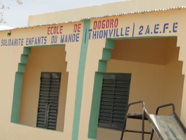 Vue de la façade principale des nouvelles classes de Dogoro financées par SEM (6)