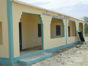 Vue de profil des nouvelles classes de Dogoro financées par SEM