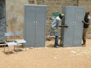 Armoires et chaises metalliques pour l'écoled de Dogoro (2)