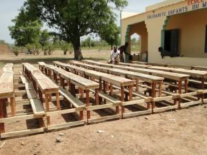 Montage des tables-bancs devant les nouvelles classes de Dogoro fincées par SEM (2)