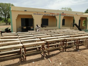 Montage des tables-bancs devant les nouvelles classes de Dogoro fincées par SEM (3)