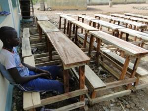 Montage des tables-bancs devant les nouvelles classes de Dogoro fincées par SEM (4)
