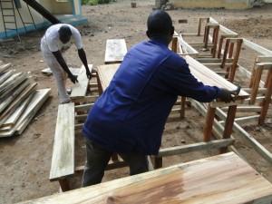 Montage des tables-bancs devant les nouvelles classes de Dogoro fincées par SEM (5)