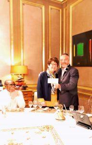 """Le président Patrick Thill remet à Christiane Debras un don pour le projet """"Une nouvelle école pour konkani"""""""