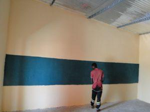 Le grand tableau est peint sur le mur des salles de classe.