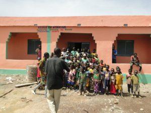 Le Directeur de Konkani rassemble les élèves devant les nouvelles salles de classes offertes par SEM en France