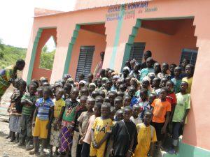 Les élèves de Konkani se réjouissent d'avoir deux nouvelles salles de classes