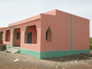 Vue de profil des deux nouvelles salles de classes construites à Konkani par SEM